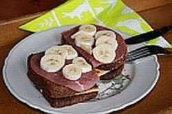 Geroosterd brood met kaas, rookvlees en banaan